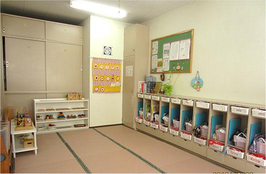 こぐま保育園の分園は小学校の空き教室を活用してつくられました。